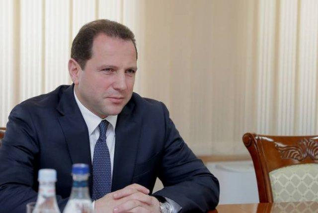 Министр обороны РА принял директора Армянского фонда раненых героев