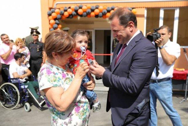 Министр обороны Армении принял участие в церемонии открытия нового многоквартирного дома