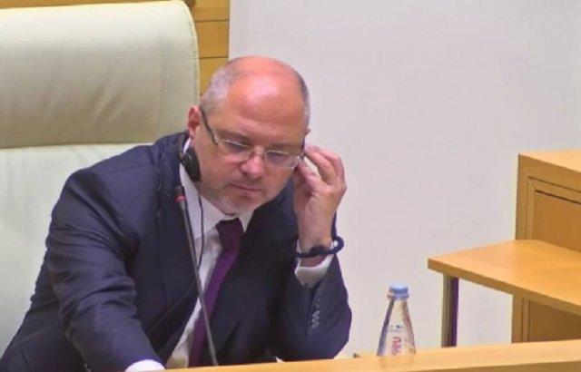 Мне грузинская сторона предложила занять место в президиуме. Гаврилов