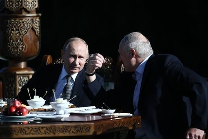 Путин и Лукашенко неформально встретились в беседке президента Узбекистана