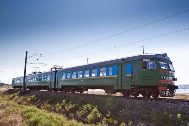 В Баку поезд столкнулся с такси: есть раненые в тяжелом состоянии
