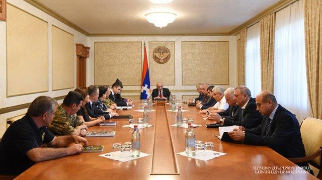 Бако Саакян провел расширенное совещание с участием предводителя Арцахской епархии ААЦ