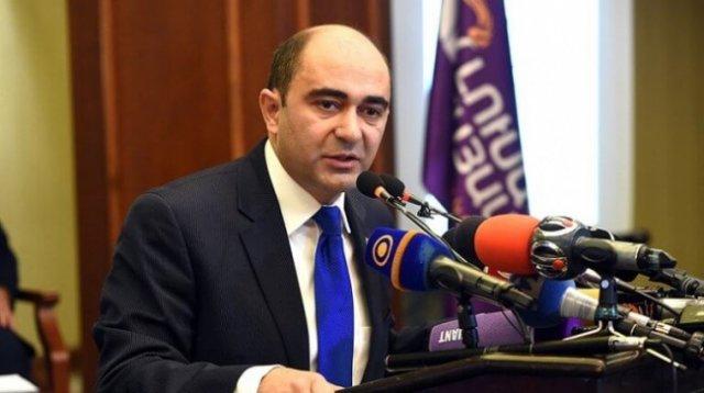 Парламентарий: Костюм, пошитый Сержем Саргсяном, все еще на нас