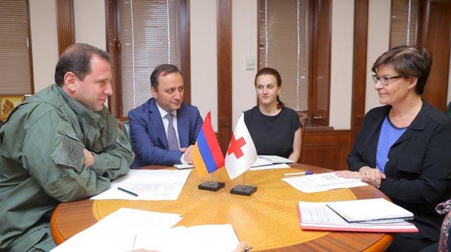 Глава Минобороны Армении обсудил с представителями МККК рост напряженности на нахиджеванском участке