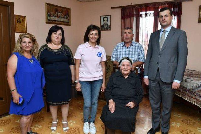 Анна Акопян посетила Арцахскую общину Сонасар, встретилась с 94-летней бабушкой Айкандухт