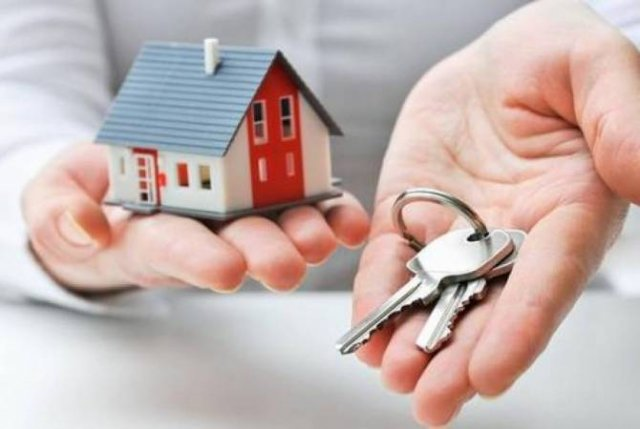 Мэрия Еревана подарила квартиру гражданам, проживающим в аварийном здании на проспекте Арцаха