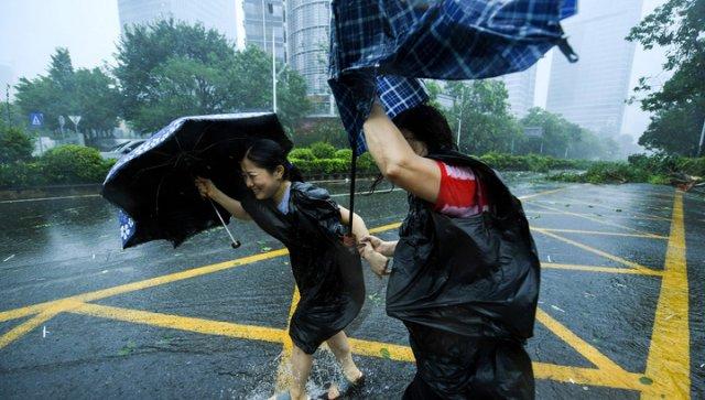 На Китай надвигается супертайфун: Объявлен наивысший уровень опасности
