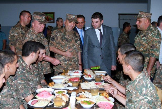 Госминистр Арцаха посетил отдельную артиллерийскую бригаду