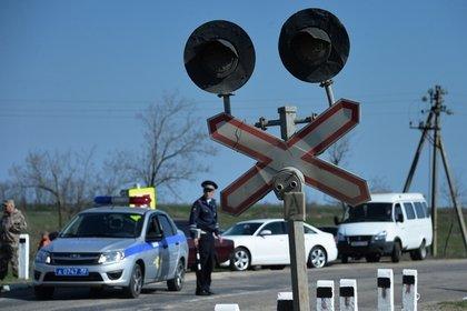В России поезд протаранил застрявший на путях автомобиль с людьми