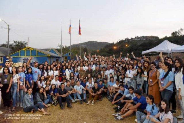 Бако Саакян встретился с юными волонтерами 7-ых Всеармянских летних игр