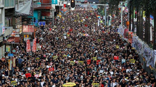 Аэропорт Гонконга приостановил работу из-за массовых акций протеста