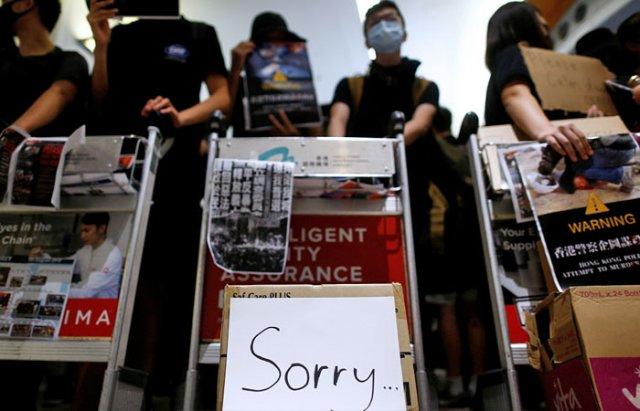 Аэропорт Гонконга снова отменил регистрацию отъезжающих из-за протестов