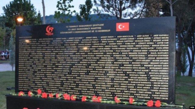 В столице Албании воздвигли памятник в честь жертв неудавшегося путча в Турции