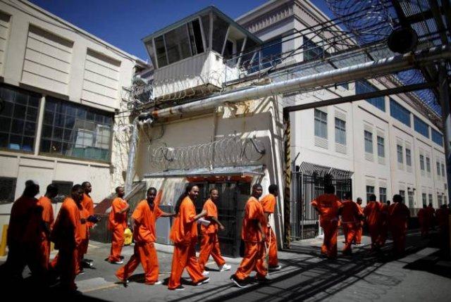 Более 50 заключенных пострадали во время драки в калифорнийской тюрьме