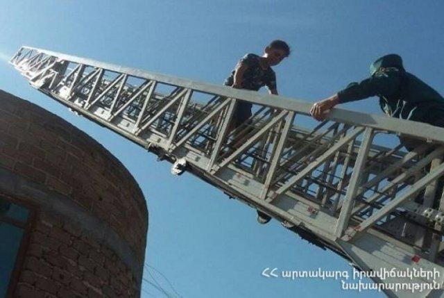 Спасатели спустили ребенка, поднявшегося на крышу магазина