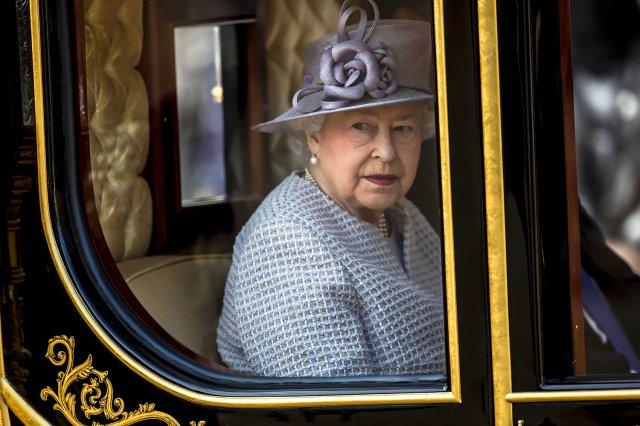 СМИ рассказали о содержимом сумки Елизаветы II