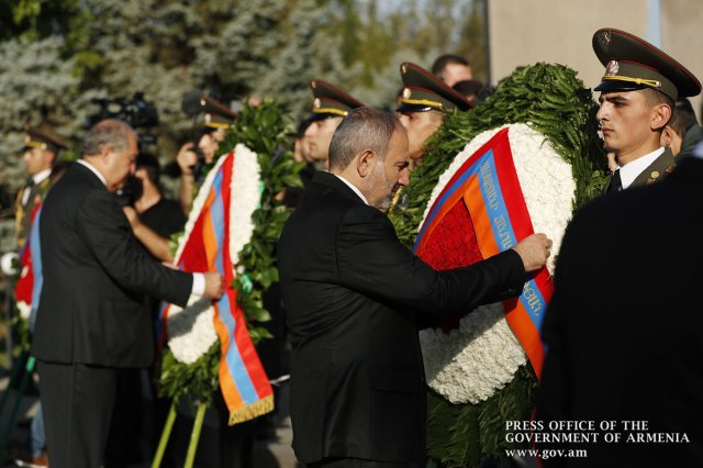 """Представители высшего руководства Армении и Арцаха посетили воинский пантеон """"Ераблур"""""""