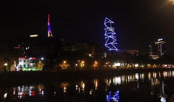 Телебашня в Тбилиси засверкала цветами армянского триколора(Видео)