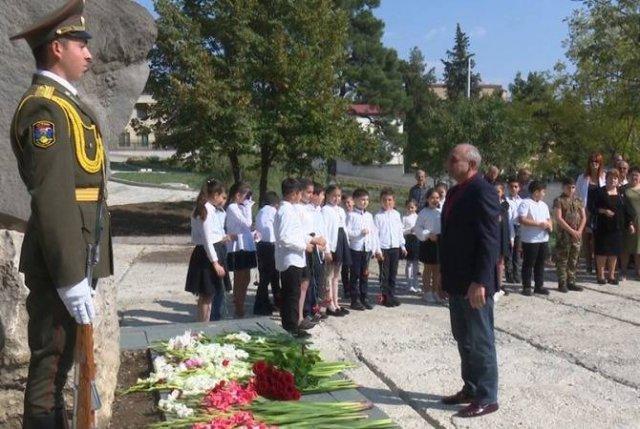 Бако Саакян возложил цветы к памятнику Бекору