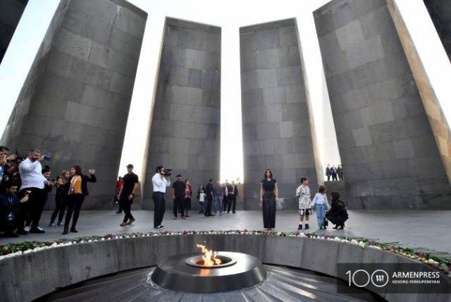 Ким и Кортни Кардашьян посетили Мемориал жертв Геноцида армян