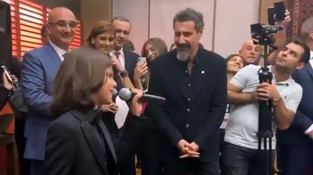Серж Танкян и «маленький карабахец» Миша Григорян спели вместе