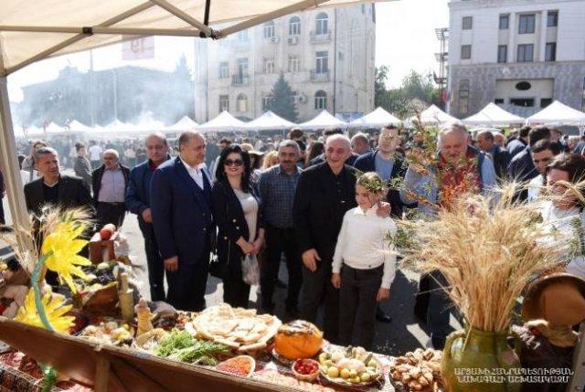 Бако Саакян посетил ярмарку, организованную в Степанакерте ко Дню работника сельского хозяйства