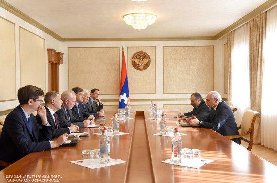 На встрече с посредниками президент Арцаха подчеркнул необходимость восстановления полноценного переговорного формата