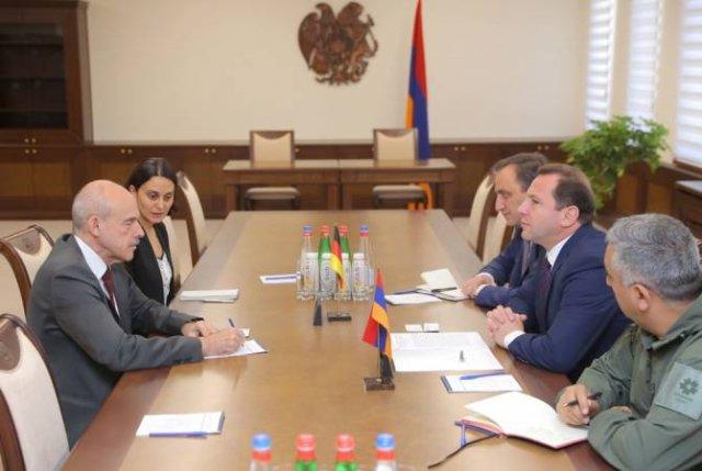 Министр обороны Армении принял посла Германии