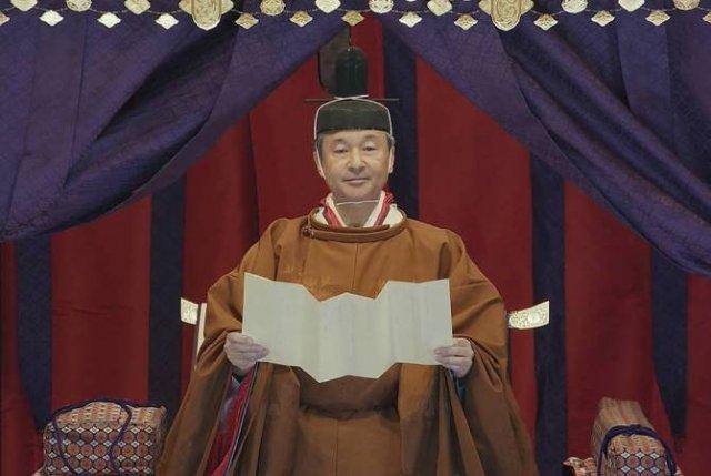 Император Японии официально объявил о вступлении на престол в соответствии с конституцией