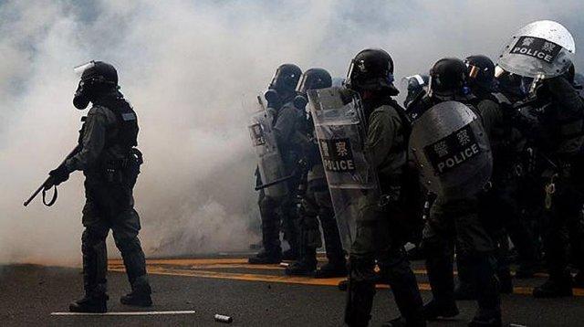 Протестующие в Гонконге закидали полицию бутылками с зажигательной смесью