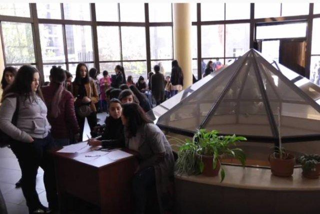 Студенты ЕГУ протестуют против отмены обязательного изучения армянского языка и литературы в вузах