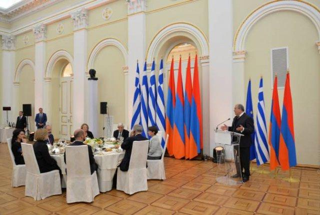 Президент РА и его супруга в честь президента Греции и его супруги дали официальный ужин