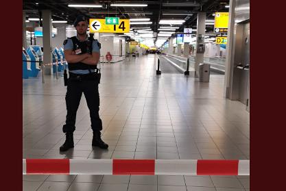 Чрезвычайную ситуацию в аэропорту Амстердама связали с захватом заложников
