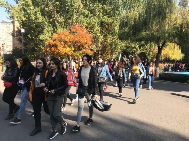 В Армении группа студентов требует отставки министра образования