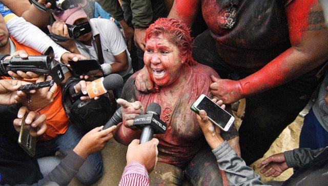 В Боливии протестующие отрезали мэру волосы и облили краской