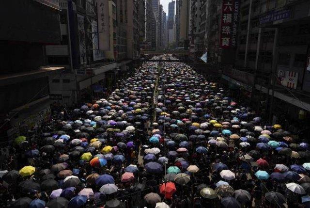 Демонстранты блокируют движение транспорта в деловом центре Гонконга