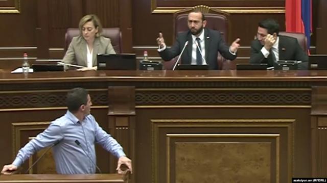Законопроект о запрете однополых браков вызвал бурные дебаты в парламенте