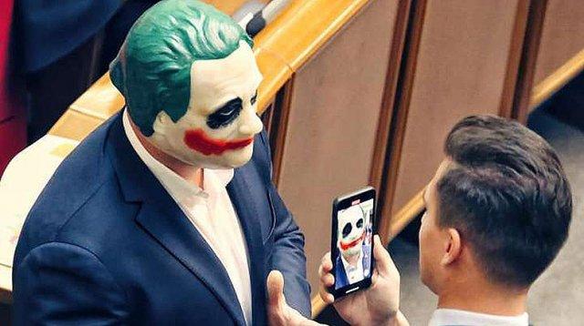 Депутат пришел на заседание Верховной Рады Украины в маске Джокера
