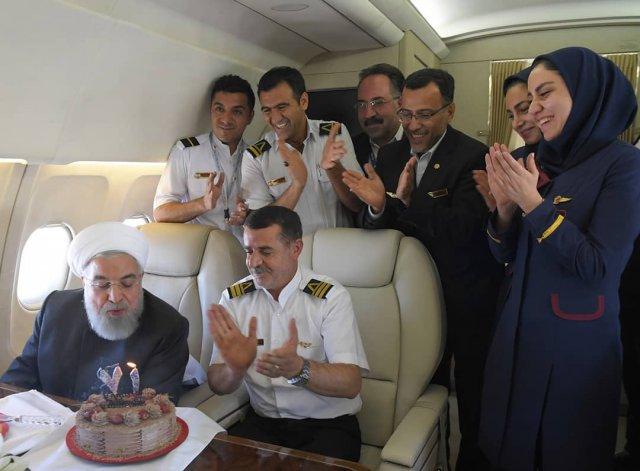 Президенту Ирана преподнесли сюрприз на борту самолета