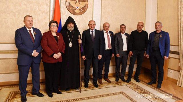 Президент Бако Саакян вручил медаль «Благодарность» группе лиц за поддержку Армии обороны Арцаха