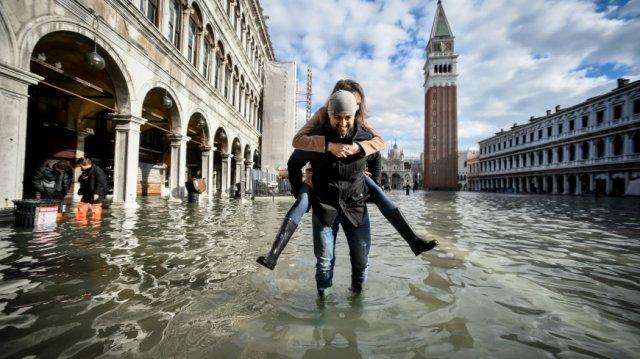 В Венеции из-за наводнения закрыли площадь Святого Марка