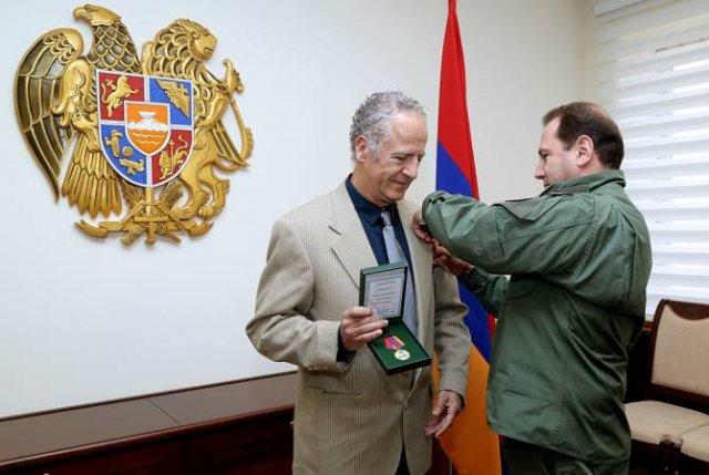 Министр обороны РА принял благотворителя Вигена Карапетяна