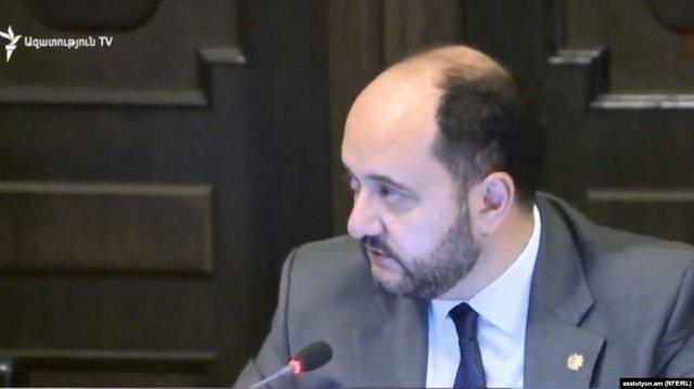 Представитель молодежного крыла «Дашнакцутюн» передала министру письмо с требованием об отставке