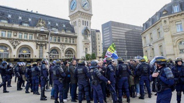 Во Франции работники общественного транспорта продолжили забастовку