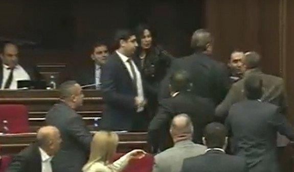 """Обсуждение закона о """"ворах в законе"""" вылилось в потасовку между Арманом Бабаджаняном и """"процветающими"""" депутатами"""
