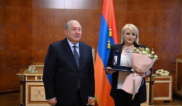 Дружеская ничья: президент Армении сыграл партию в шахматы с чемпионкой Европы Элиной Даниелян и вручил ей высокую госнаграду